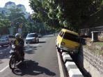ada-mobil-angkot-warna-kuning-posisi-nyungsep-di-jalan-s-parman_20171105_082704.jpg