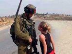ahed-tamimi-yang-gemar-berhadap-hadapan-dengan-tentara-israel-bersenjata-lengkap_20171223_190049.jpg
