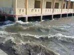 air-pasang-terjadi-di-laut-desa-tehoru-setelah-gempa-berkekuatan-61-magnitudo.jpg