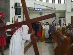 aksi-teaterikal-di-gereja-paroki-mater-dei_20180330_202612.jpg