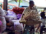 aktivitas-pedagang-bawang-putih-di-pasar-johar-kota-semarang-selasa-422020.jpg