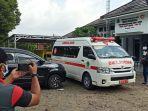 ambulans-yang-digunakan-untuk-mengantarkan-pasien-covid-19-ke-rumah-sakit.jpg