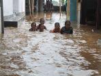 anak-anak-di-desa-temulus-kecamatan-mejobo-bermain-di-genangan-banjir-selasa-622018_20180206_171532.jpg