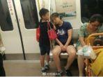 anak-menjadikan-tangannya-sebagai-bantal-darurat-bagi-ibunya-yang-tertidur-di-kereta_20170730_140914.jpg