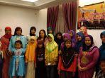 anak-yatim-dan-anggota-komunitas-berfoto-bersama-setelah-buka-bersama_20170617_221949.jpg