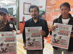 anggota-bawaslu-kota-salatiga-menunjukan-tabloid-indonesia-barokah.jpg