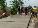 anggota-bersama-masyarakat-kerjakan-rabat-beton-tmmd-di-kendal_20171003_185248.jpg