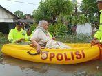 anggota-dalmas-polres-pekalongan-kota-mengevakuasi-korban-banjir-di-kota-pekalongan.jpg