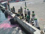 anggota-hipakad-jawa-tengah-melakukan-tabur-bunga-di-dermaga-kamla.jpg