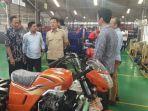 anggota-komisi-i-dpr-ri-sugiono-melaksanakan-kegiatan-reses-mengunjungi-pabrik-motor-viar.jpg