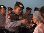 anggota-polisi-menyuapi-seorang-penghuni-panti-sosial-di-semarang_20181010_145920.jpg