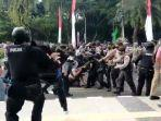 anggota-polresta-tangerang-membanting-mahasiswa.jpg