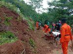 anggota-polri-dan-tni-bersama-warga-membersihkan-longsoran-tanah-di-desa-wadasmalang-kebumen.jpg