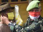 anggota-ppm-jateng-memberikan-sekaligus-membantu-mengenakan-masker.jpg
