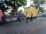 anggota-satlantas-polres-pekalongan-sedang-membantu-melakukan-evakuasi.jpg