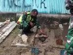 anggota-tni-sedang-merayu-pemuda-di-tegal-yang-menggali-kuburan.jpg