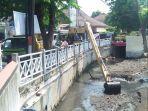 antisipasi-banjir-dpu-kota-semarang-keruk-sedimentasi-di-saluran-jalan-veteran.jpg