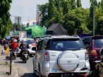 antrean-kendaraan-dari-arah-barat-menuju-timur-di-jalan-kh-mas-mansyur-sabtu-2552019-sore.jpg