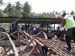 aparat-gabungan-tni-polri-bpbd-dan-relawan-gotong-royong-bantu-rumah-warga_20171219_211644.jpg