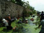 arga-desa-sayung-bergotongroyong-membersihkan-sungai-pembuangan_20170205_172820.jpg