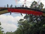 atlet-panjat-tebing-membentangkan-kain-merah-putih-di-jembatan-lolong-kabupaten.jpg