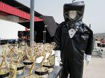 baju-hazmat-face-shield-dan-penutup-kepala-yang-akan-dikenakan-presenter-emmy-awards.jpg