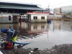banjir-yang-melanda-jalur-kereta-api-di-jakarta-pada-selasa-2522020.jpg