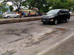 banyak-lubang-di-jalan-raya-semarang-demak-tepatnya-di-depan-sman-3-demak_20170202_191943.jpg