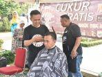 barbershop-warga-batang-rudin-saat-memotong-rambut-bupati-batang-wihaji-minggu-2582019.jpg