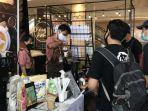 barista-tatap-muka-coffee-hafidh-terlihat-sedang-melayani-pelanggan-yang-hadir.jpg