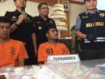 bea-cukai-ngurah-rai-mempertunjukkan-dua-pelaku-wn-thailand-beserta-barang-bukti-sabu-sabunya.jpg