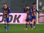 bek-barcelona-sergi-roberto-kiri-penyerang-barcelona-lionel-messi-tengah.jpg