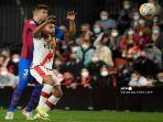 bek-barcelona-spanyol-gerard-pique-kiri-berebut-bola-dengan-penyerang.jpg