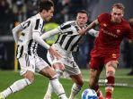 berebut-bola-dalam-pertandingan-sepak-bola-serie-a-italia-antara-juventus-dan-as-roma.jpg