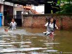 bersekolah-terendam-banjir-di-sdn-sayung-1-kabupaten-demak_20170208_191216.jpg