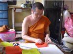 biksu-di-thailand-membuat-masker-berbahan-dasar-sampah-plastik-daur-ulang.jpg