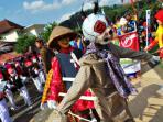 boneka-goyang-buatan-mts-al-uswah-bergas-bikin-ngakak-pengunjung-karnaval-ungaran_20160823_163035.jpg