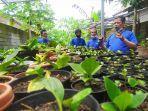 budi-santoso-menunjukkan-sejumlah-jenis-tanaman-hias-hasil-budidaya.jpg