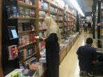 buku-bacaan-yang-hendak-dibeli-di-toko-buku-gramedia-jalan-pandanaran.jpg