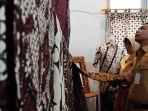 bupati-batang-wihaji-melihat-sejumlah-produk-batik-di-teras-kreasi_20180423_161114.jpg
