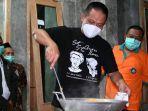 bupati-kebumen-arif-sugiyanto-memasak-nasi-goreng-untuk-warga-desa-lumbu.jpg