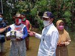 bupati-pati-haryanto-ketika-menyalurkan-bantuan-pada-korban-banjir-di-desa-babalan.jpg