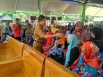 bupati-pati-haryanto-menyalami-warga-kecamatan-kayen-dalam-acara-penyerahan-sertifikat-ptsl.jpg
