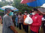 bupati-pati-haryanto-menyerahkan-bantuan-sembako-pada-korban-banjir.jpg
