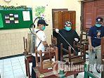 bupati-sragen-kusdinar-untung-yuni-sukowati-semprot-disinfektan-di-sekolah.jpg