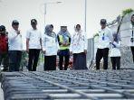 bupati-tegal-umi-azizah-saat-sedang-memantau-proses-perbaikan-jalan-di-wilayah-kabupaten-tegal.jpg