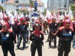 buruh-menggelar-aksi-demonstrasi-di-depan-kantor-gubernur-jateng_20160929_151814.jpg