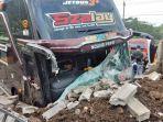 bus-hino-mengalami-pecah-kaca-pada-bagian-depan-dalam-kecelakaan-lalulintas-di-desa-ngasinan.jpg