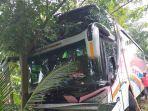 bus-pengangkut-peziarah-menabrak-pohon.jpg