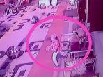 cctv-perempuan-duduk-sendirian-dirampas-ponselnya-oleh-pria_20180221_213420.jpg